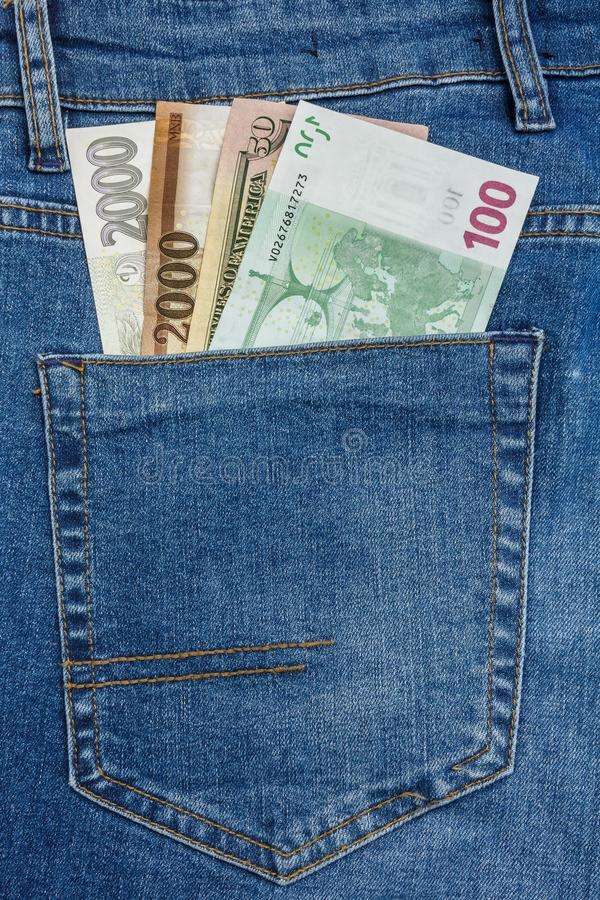 La vue haute ?troite ? l'euro, couronne, billets de banque de forint collant de l'des blues-jean empochent photos libres de droits