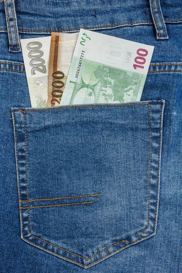 La vue haute ?troite ? l'euro, dollar, couronne, billets de banque de forint collant de l'des blues-jean empochent photos stock