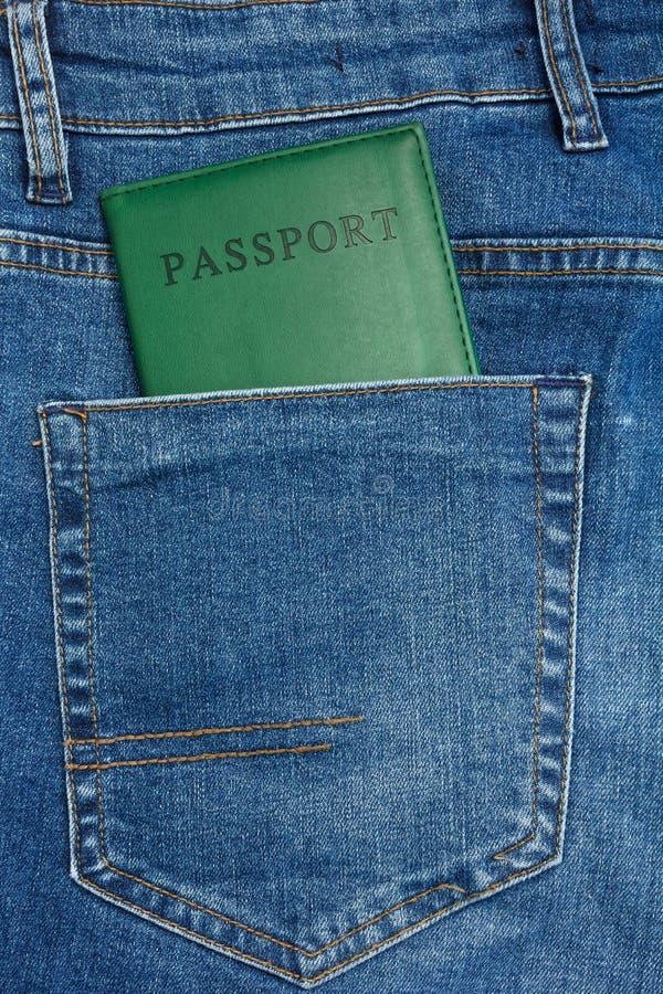 La vue haute étroite au passeport collant de l'des blues-jean empochent photographie stock libre de droits