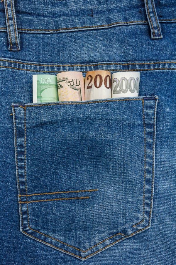 La vue haute ?troite ? l'euro, dollar, couronne, billets de banque de forint collant de l'des blues-jean empochent images stock