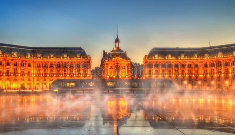 La vue iconique de Place de la Bourse avec le tram et l'eau reflètent la fontaine en Bordeaux, France photos stock