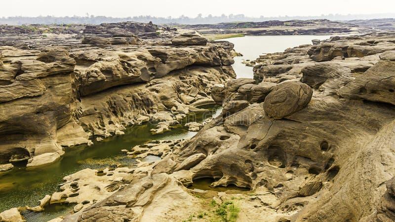 La vue invisible de paysage de la Thaïlande de la roche troue la pierre dans la Sam-casserole-Bok Grand Canyon ou le Mekong en ca images libres de droits