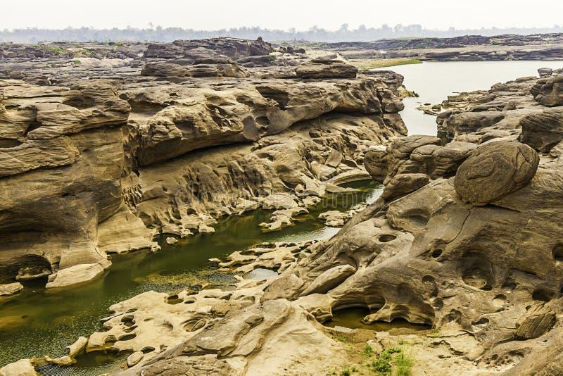La vue invisible de paysage de la Thaïlande de la roche troue la pierre dans la Sam-casserole-Bok Grand Canyon ou le Mekong en ca image stock