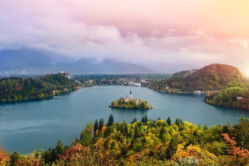 La vue panoramique aérienne de longue exposition stupéfiante du lac a saigné, la Slovénie, l'Europe (Osojnica) images stock