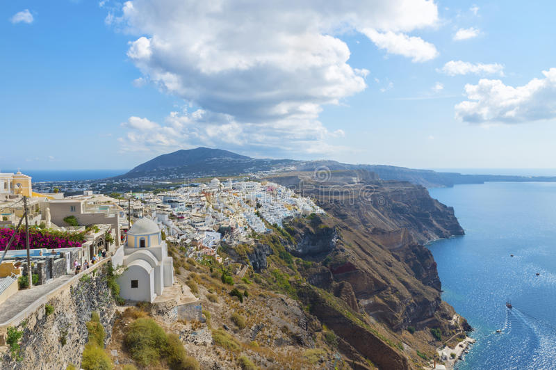 La vue panoramique aérienne pittoresque de la taille sur la ville de Fira et des abords Oia sur l'île de Santorini photos stock
