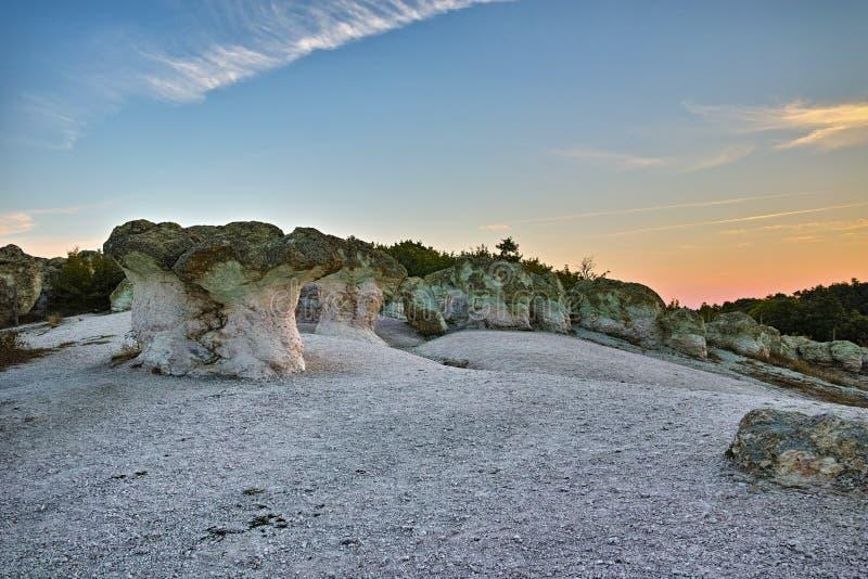 La vue panoramique d'une formation de roche la pierre répand près du village de plast de Beli, Bulgarie photos libres de droits