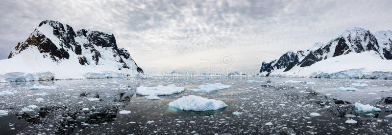 La vue panoramique de la neige a couvert les montagnes et l'eau de la glace, la Manche de Lemaire, Antarctique photographie stock