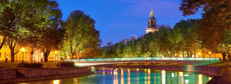 La vue panoramique de nuit de la rivière d'aura à Turku, Finlande photos libres de droits