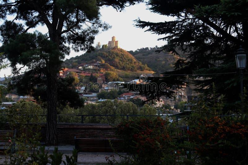 La vue panoramique de vieux Tbilisi, pièces de Georgia With de vieille ville d'église de Metekhi photos stock