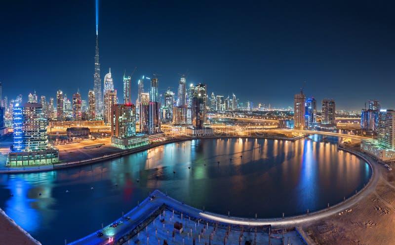 La vue panoramique du centre de Dubaï avec Burj Khalifa à l'arrière-plan et les affaires aboient dans le premier plan Emirats Ara photos libres de droits