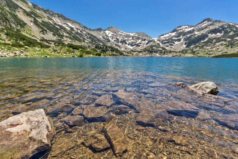 La vue panoramique du chuki et du Dzhano de Demirkapiyski fait une pointe, lac Popovo, montagne de Pirin, Bulgarie image stock