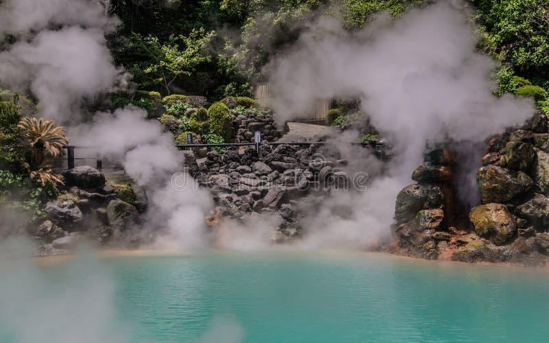La vue panoramique sur Hot Springs géothermique célèbre, a appelé Umi Jigoku, Angleterre enfer de mer, à Beppu, préfecture  photo stock