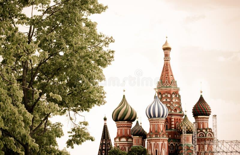 La vue panoramique sur la place rouge Kremlin de Moscou domine, le Christ le S image libre de droits