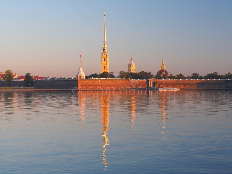 La vue principale de la forteresse de Peter et de Paul à travers Neva River s'est reflétée dans l'eau tranquille au matin de leve photo stock