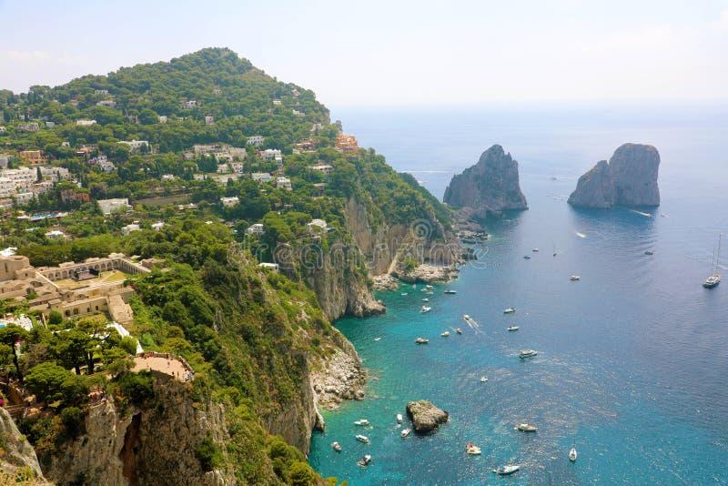 La vue renversante de l'île de Capri dans un beau jour d'été avec Faraglioni bascule Capri, Italie photos stock