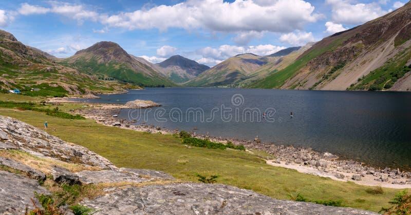 La vue renversante de paysage de l'eau de Wast et abat dans le lac Dist images stock