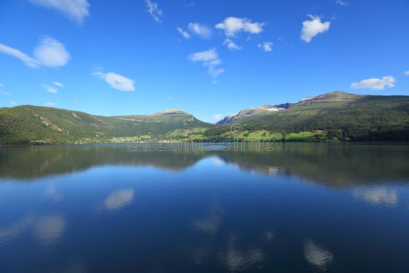 La vue scénique de Nordfjord, Olden (la Norvège) photos libres de droits