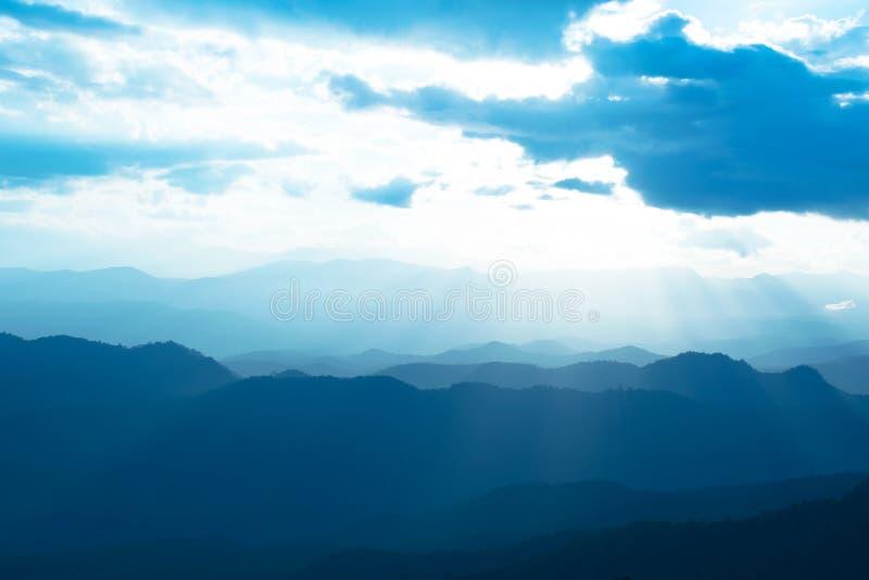 La vue scénique des montagnes de lever de soleil posent la soirée à la gamme de montagne du nord de la Thaïlande images libres de droits