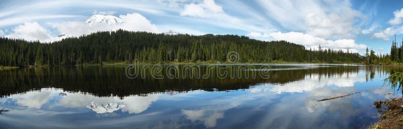La vue scénique du mont Rainier s'est reflétée dans des lacs de réflexion photographie stock libre de droits