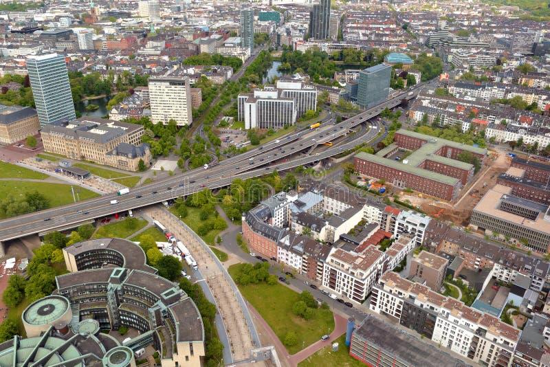 La vue supérieure élevée de la longue autoroute et de beaucoup de roofes de ville loge le franc photos stock