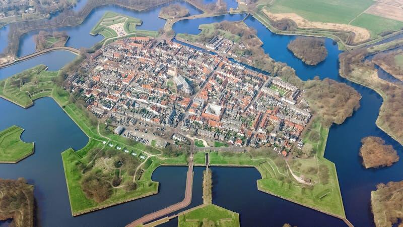La vue supérieure aérienne de la ville de Naarden a enrichi les murs dans la forme d'étoile et le village historique en Hollande, photographie stock