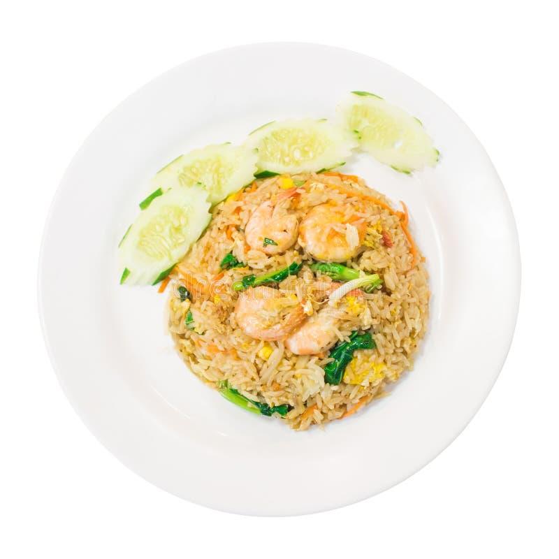La vue supérieure, crevette a fait frire le riz avec le concombre, chou frisé chinois dans le plat blanc, nourriture thaïlandaise photographie stock