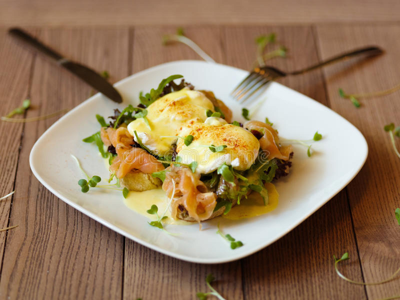 La vue supérieure de Benedict eggs sur un fond en bois Esprit cuit au four d'oeufs photo stock