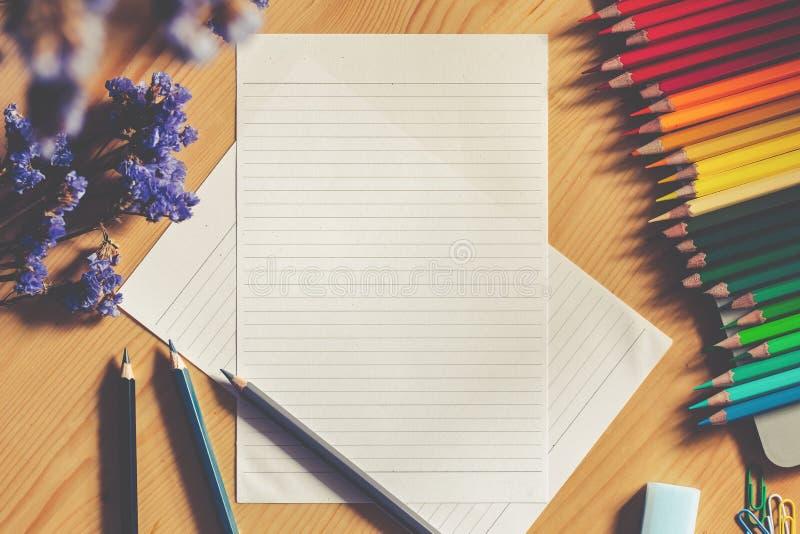 La vue supérieure de la coloration a coloré des crayons à côté du livre de dessin de croquis photographie stock libre de droits