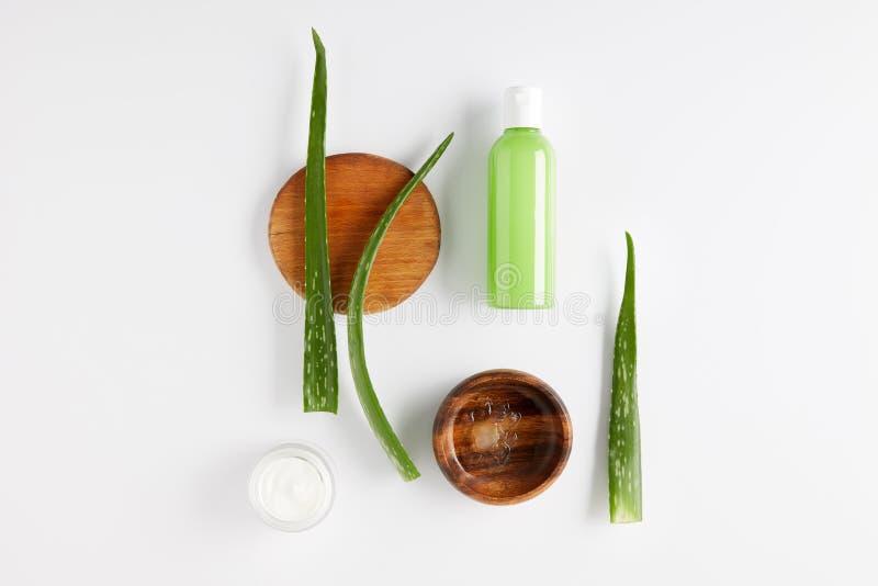 la vue supérieure de la cuvette en bois avec du jus de Vera d'aloès, la crème organique et la douche gélifient, aloès que Vera la images stock