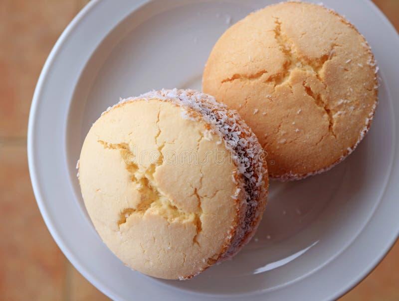La vue supérieure de deux Alfajores, les bonbons latino-américains traditionnels a servi d'un plat blanc image stock