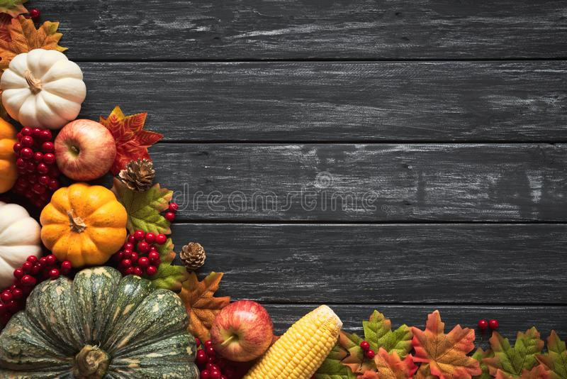 La vue supérieure de l'érable d'automne part avec le potiron et les baies rouges sur le vieux backgound en bois images libres de droits