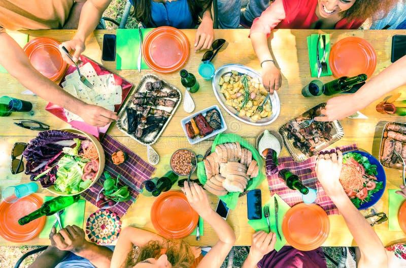 La vue supérieure de l'ami remet la nourriture de portion à la réception en plein air de barbecue photo libre de droits