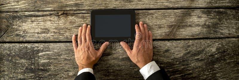 La vue supérieure de l'homme d'affaires remet tenir le comprimé numérique noir image libre de droits