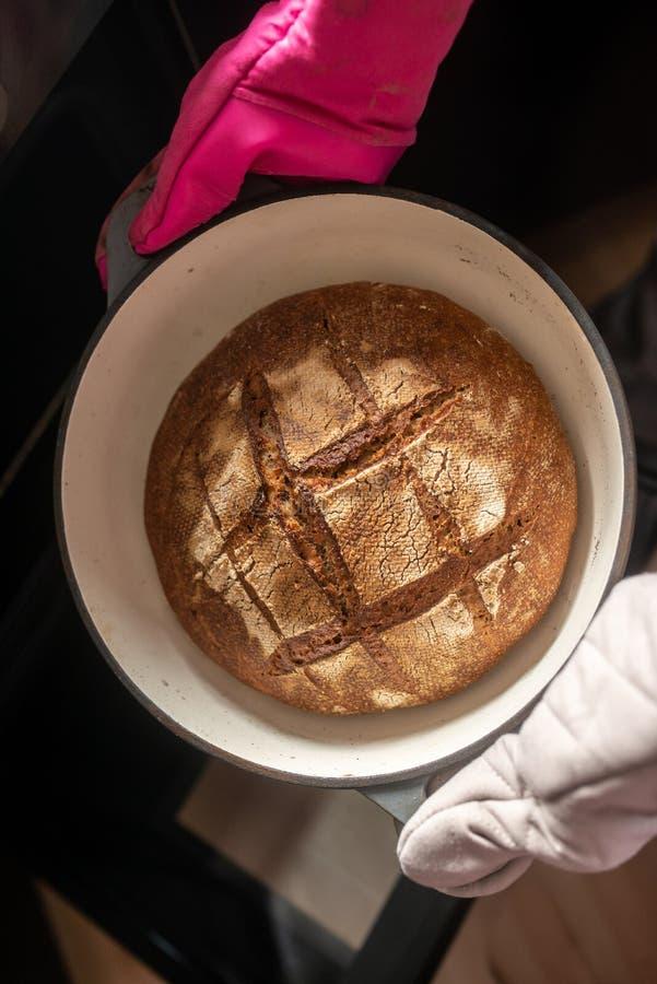 La vue supérieure de la maison fraîchement cuite au four délicieuse a fait le pain images libres de droits