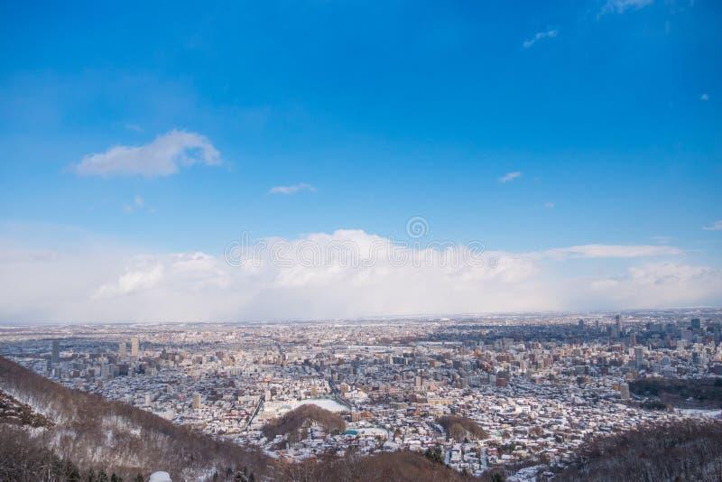 La vue supérieure de la neige a couvert la ville et le ciel bleu image stock