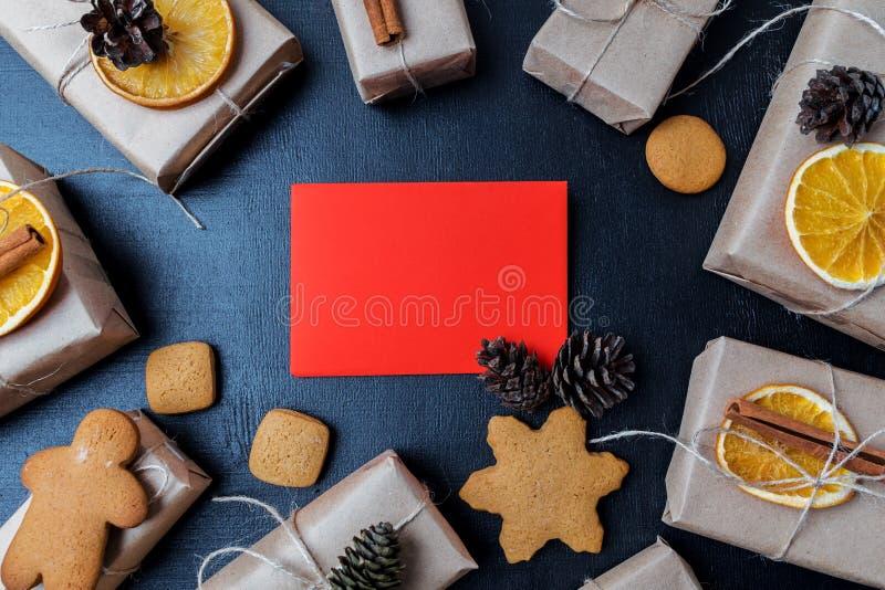 La vue supérieure de Noël au-dessus d'un fond de tableau noir avec des biscuits, les oranges teintes, pinecones là-dessus a placé photo stock