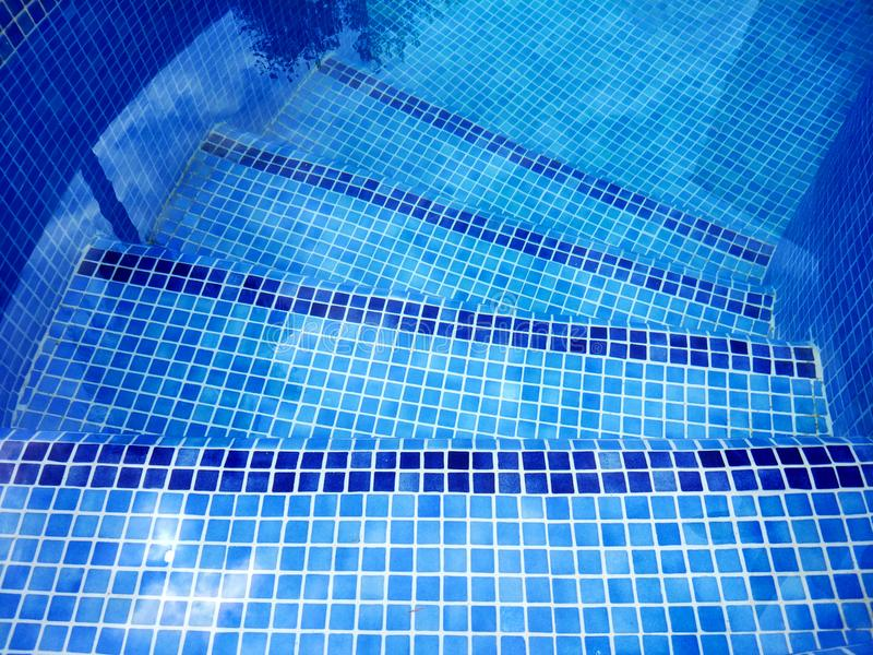 La vue supérieure de la piscine a courbé des escaliers avec la réflexion d'arbre sur l'eau photo libre de droits