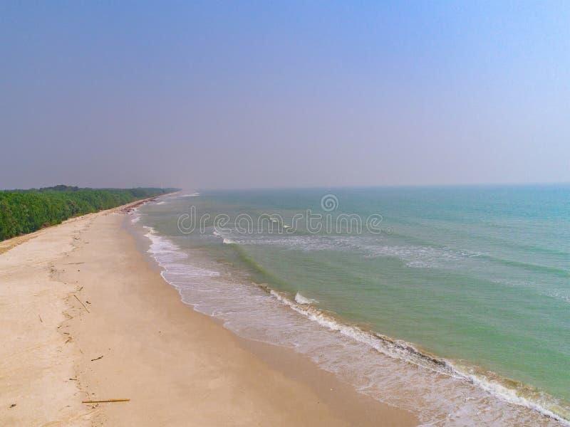 La vue supérieure de la plage et de la mer d'été ondule photo stock