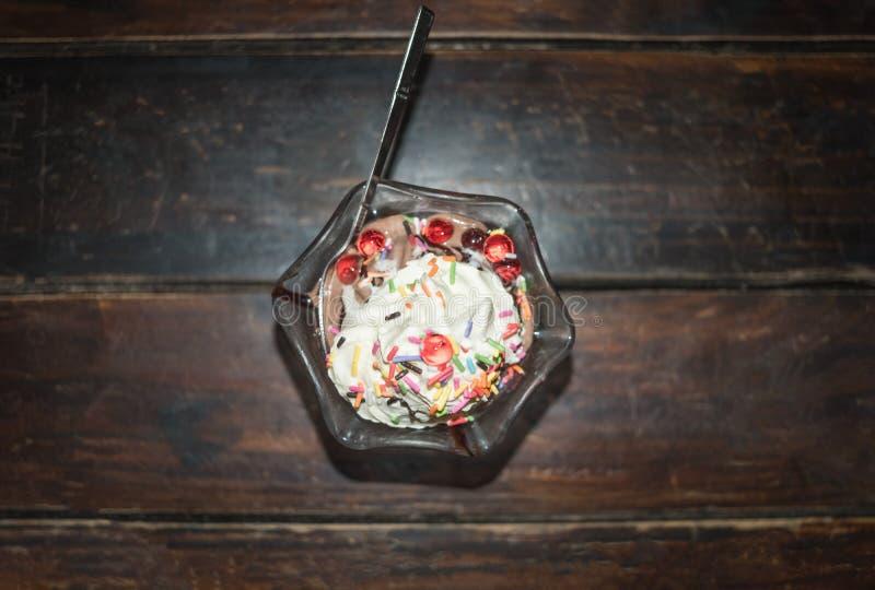 La vue supérieure de la vanille et du chocolat de crème glacée avec coloré arrose image libre de droits