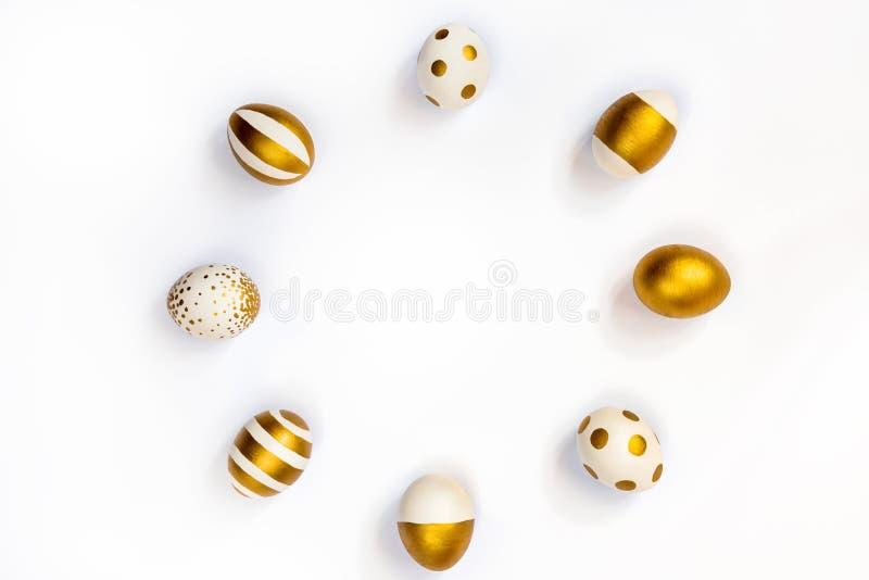 La vue supérieure des oeufs de pâques colorés avec la peinture d'or differen dedans des modèles disposés en cercle Diverses conce photo stock