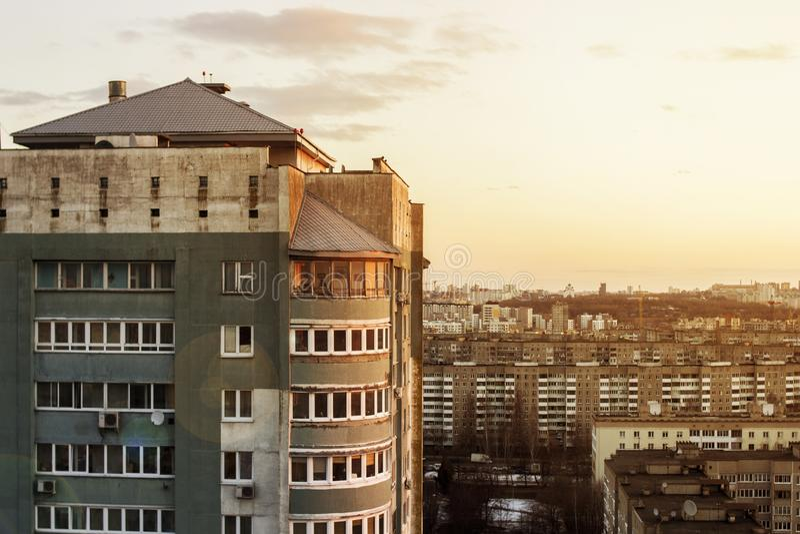 La vue supérieure des personnes détendent sur le toit d'un bâtiment à plusiers étages Le toit d'un bâtiment à plusiers étages Cou image libre de droits