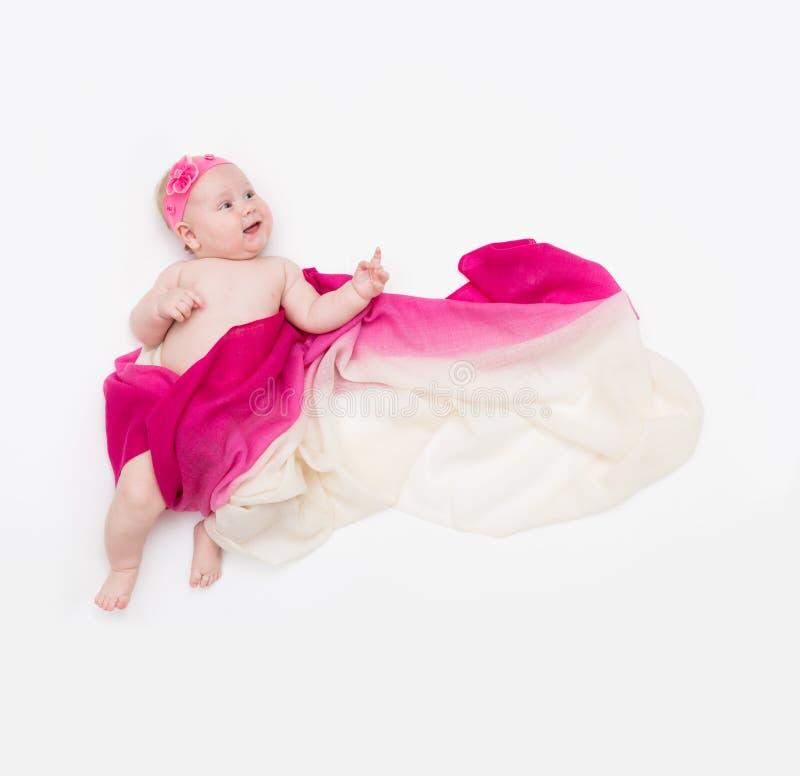 La vue supérieure du bébé mignon habillée dans un costume féerique révèlent - longs écharpe et bandeau de flottement L'espace pou photo libre de droits