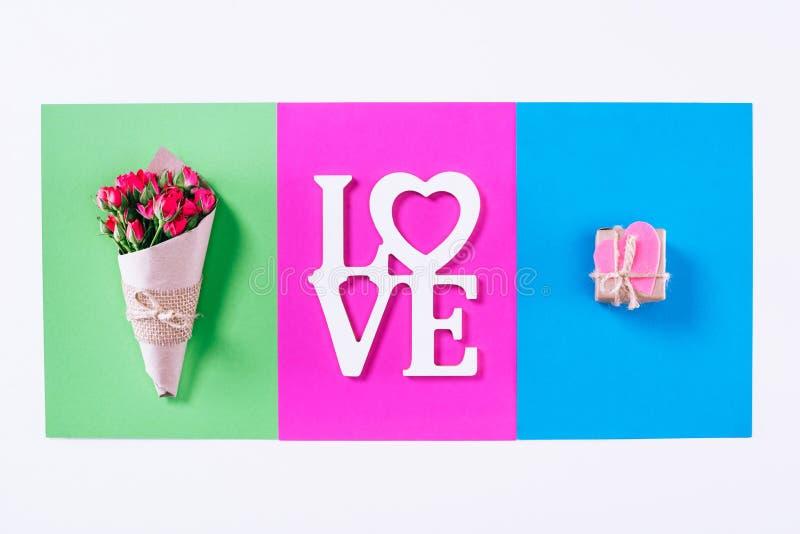 La vue supérieure du bouquet et les valentines présentent avec amour de mot image stock