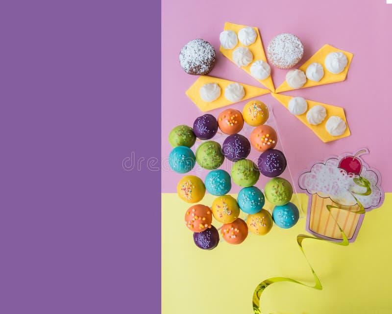La vue supérieure du gâteau saute sur un rose coloré avec le fond jaune avec l'espace pourpre de copie photos stock