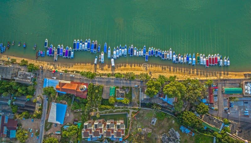 La vue supérieure expédie le stationnement de bateau sur la plage images libres de droits