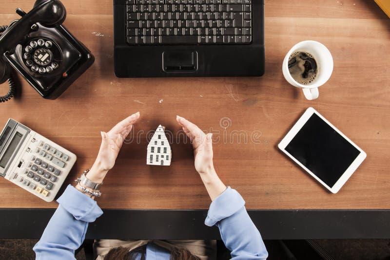La vue supérieure, femme d'affaires protège votre maison images stock
