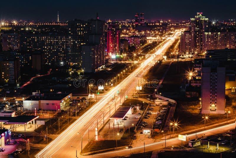 La vue supérieure la nuit dans Stpetersburg image stock