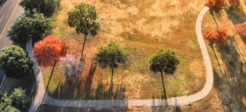 La vue supérieure panoramique a courbé la voie avec les feuilles d'automne colorées près de Dallas, le Texas photo stock