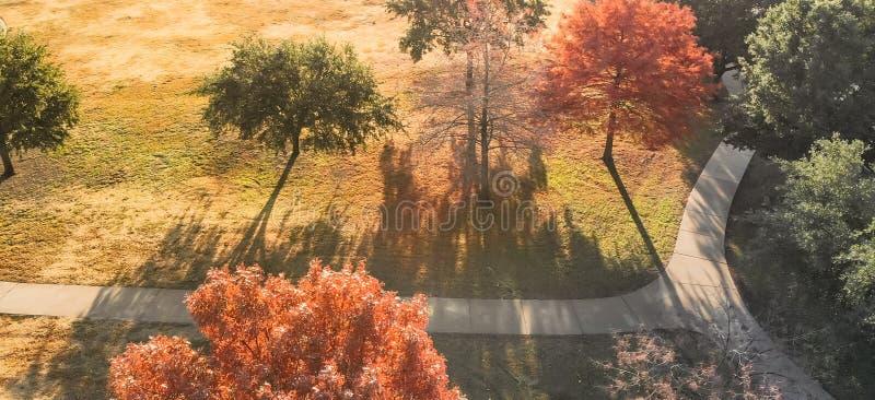 La vue supérieure panoramique a courbé la voie avec les feuilles d'automne colorées près de Dallas, le Texas image libre de droits