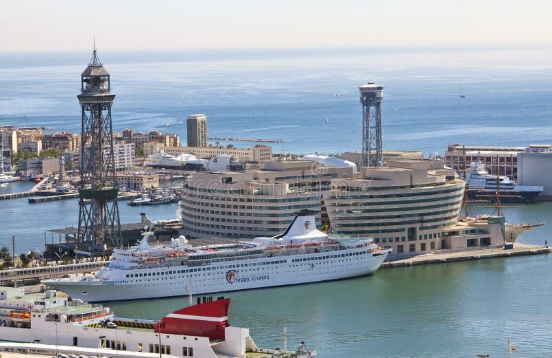 La vue supérieure sur le port maritime avec les bateaux de croisière le 9 mai 2010, Barcelone, Espagne photographie stock